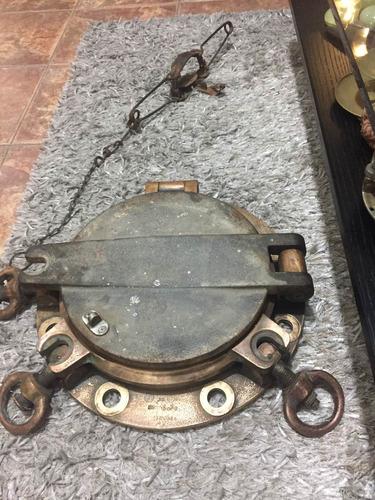 antiguo ojo de buey de barco de combate , bronce y hierro