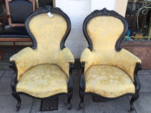 antiguo par de sillones coloniales tapizado