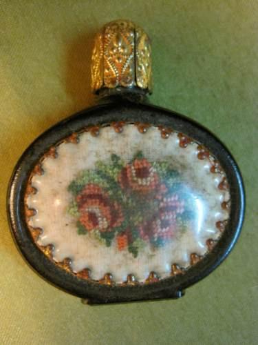 antiguo perfumero vidrio negro con tela bordada decorativa