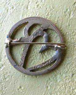 antiguo prendedor  confeccionado de una moneda chilena