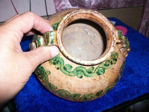 antiguo recipiente de barro, típica decoracion de chordeleg.