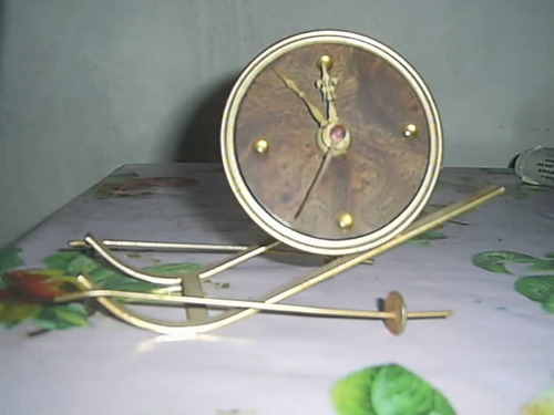 antiguo reloj a pila funcionando