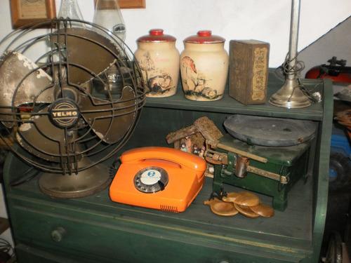 antiguo taladro telefono, juguete, ventilador, cochecito.