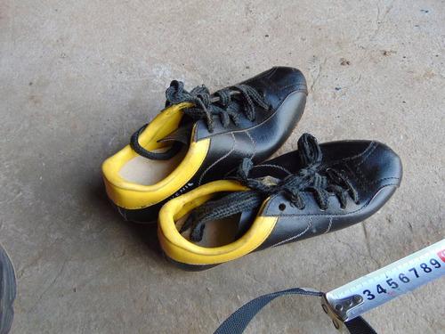 antiguos botines de futbol  febo  de cuero sin uso