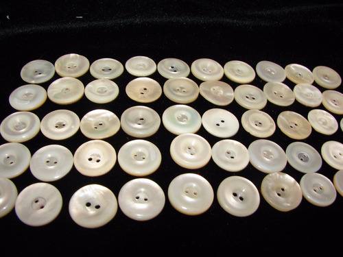 antiguos botones de nacar son 50 sin uso 1,5 cm. de diámetr