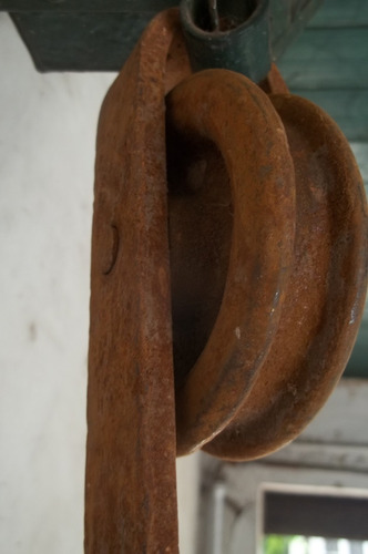 antiguos ganchos carniceros de hierro giratorio con roldana