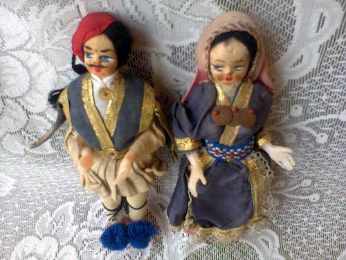 antiguos muñecos souvenir pareja con traje tipico griego