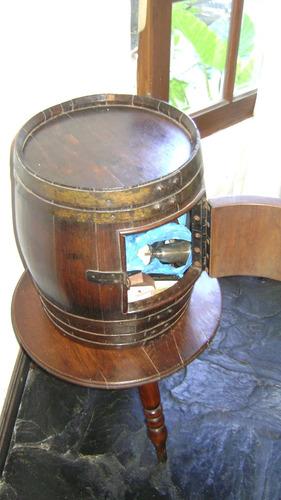 antiquisimo barril de madera con mesa de tres patas madera
