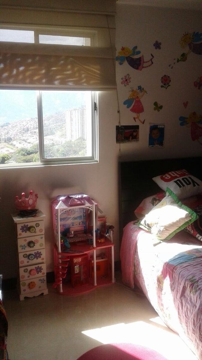 apartamento 3 alcobas, 2 baños, estudio  y 2 cuartos utiles.
