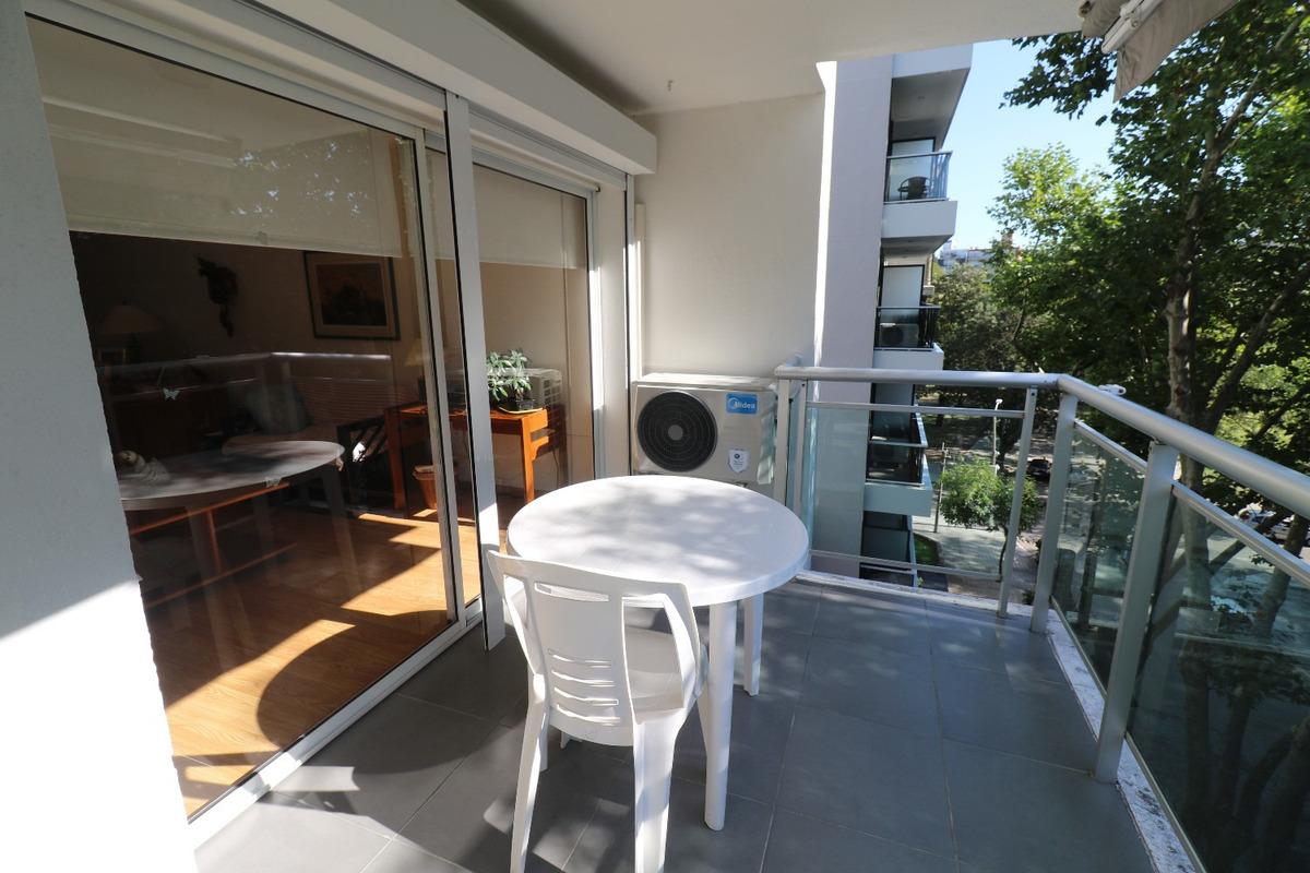 apartamento amplio, luminoso, funcional.-