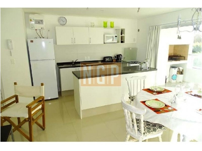 apartamento con parrillero nuevo con servicios, 2 dormitorios, 2 baños. ***sin garage***-ref:9785