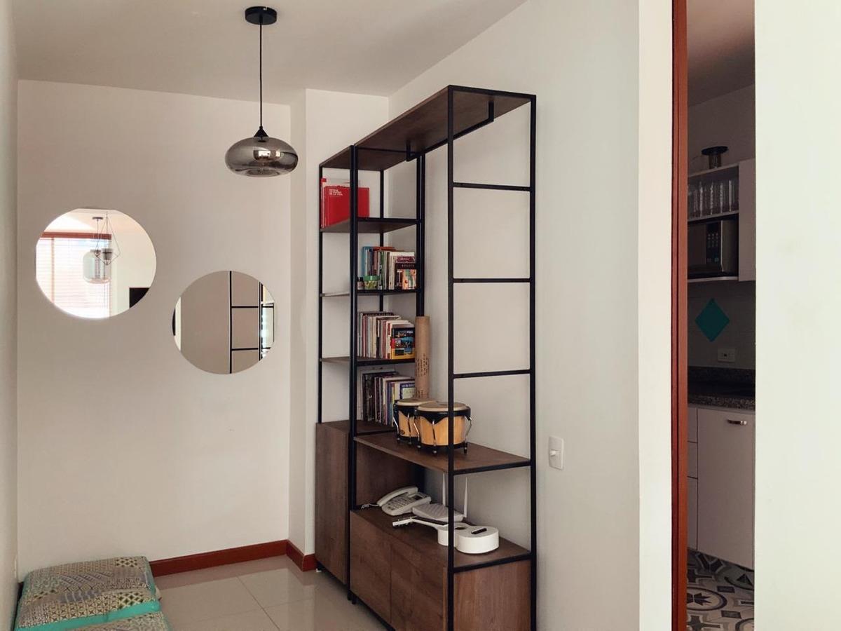 apartamento con terraza privada, dos habitaciones y patio