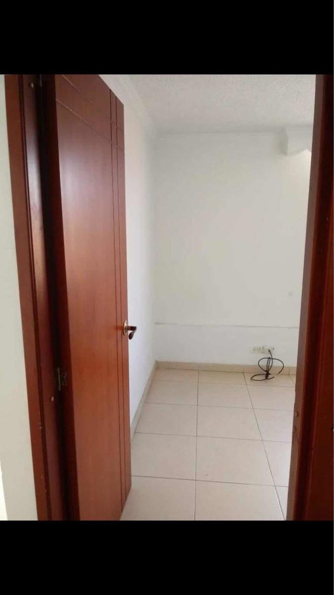 apartamento con tres cuartos un baño cocina y salva cómedor
