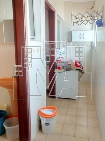 apartamento de 2 dormitórios sendo que um é suite, uma dependência de empregada, 2 wc sociais.
