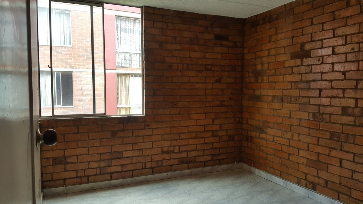 apartamento de 3 habitaciones y 2 baños.