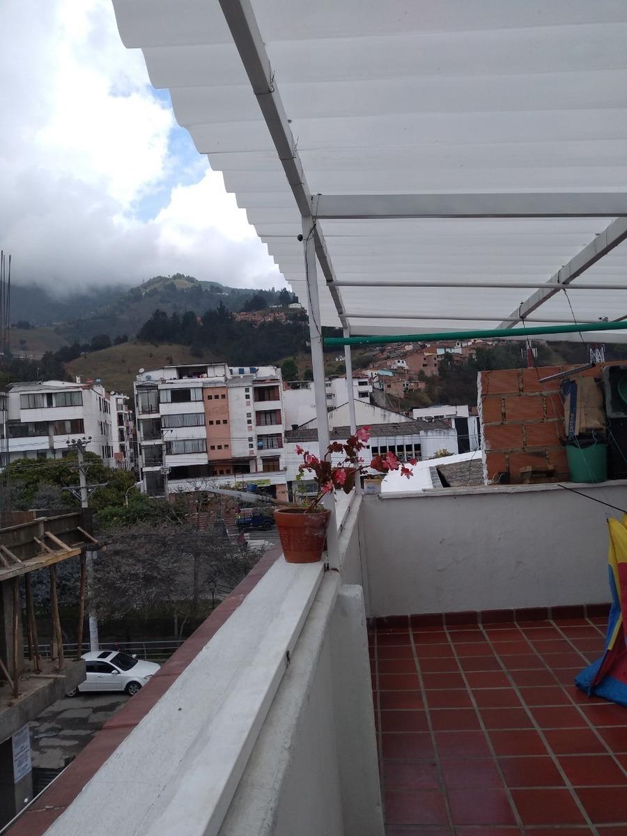 apartámento de 4 habitaciones, 2 baños, terraza y balcón.
