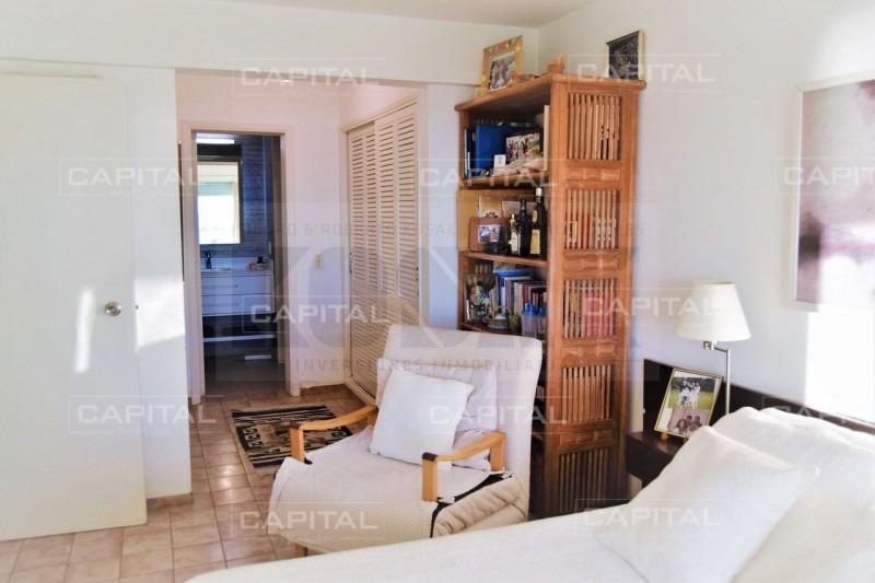 apartamento de dos dormitorios y medio frente al mar - venta punta del este- ref: 28821