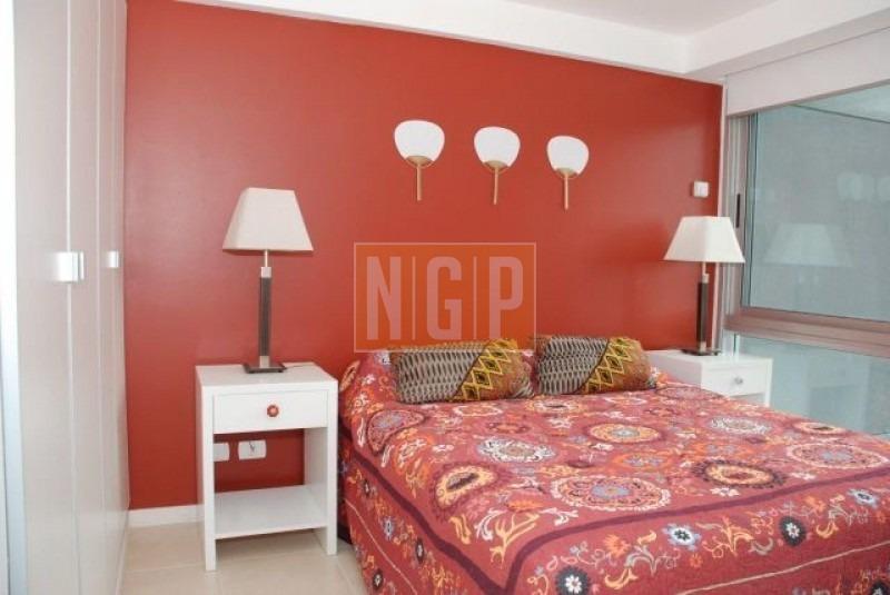 apartamento divino , ubicado a metros de playa mansa  living comedor, terraza, cocina, 3 dormitorios, 1 en suite, 2 baños, cochera. -ref:11349