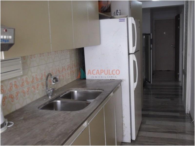 apartamento en la peninsula de 3 dormitorios y 2 baños, living comedor, cocina, lavadero, garaje , servicio de mucamas.-ref:1762