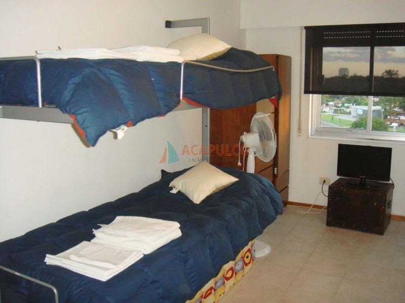 apartamento en maldonado, muy bien ubicado  living comedor, cocina, 2 dormitorios, 1 baño.-ref:1476