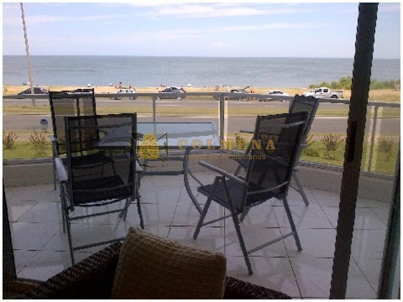 apartamento en muy buena ubicacion, de 3 dor, 2 baños, mas toilete con una muy buena teraza que mira frente al mar. consulte.-ref:1627