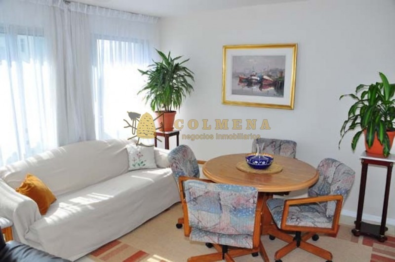 apartamento en muy buena ubicacion en roosevelt en piso alto. living comedor, cocina, lavadero, 3 dormitorios, 2 baños (1 suite), terraza, garaje. -ref:1801