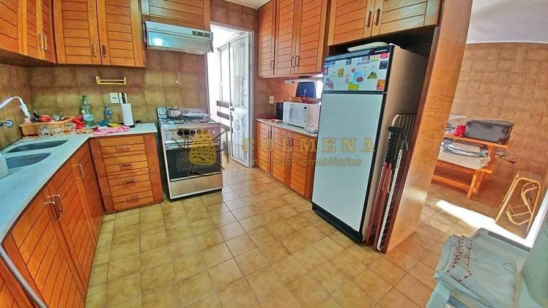 apartamento en muy buena ubicacion frente playa mansa, de 4 dor, con balcon con parrillero. consulte!!!!!!!!-ref:2182