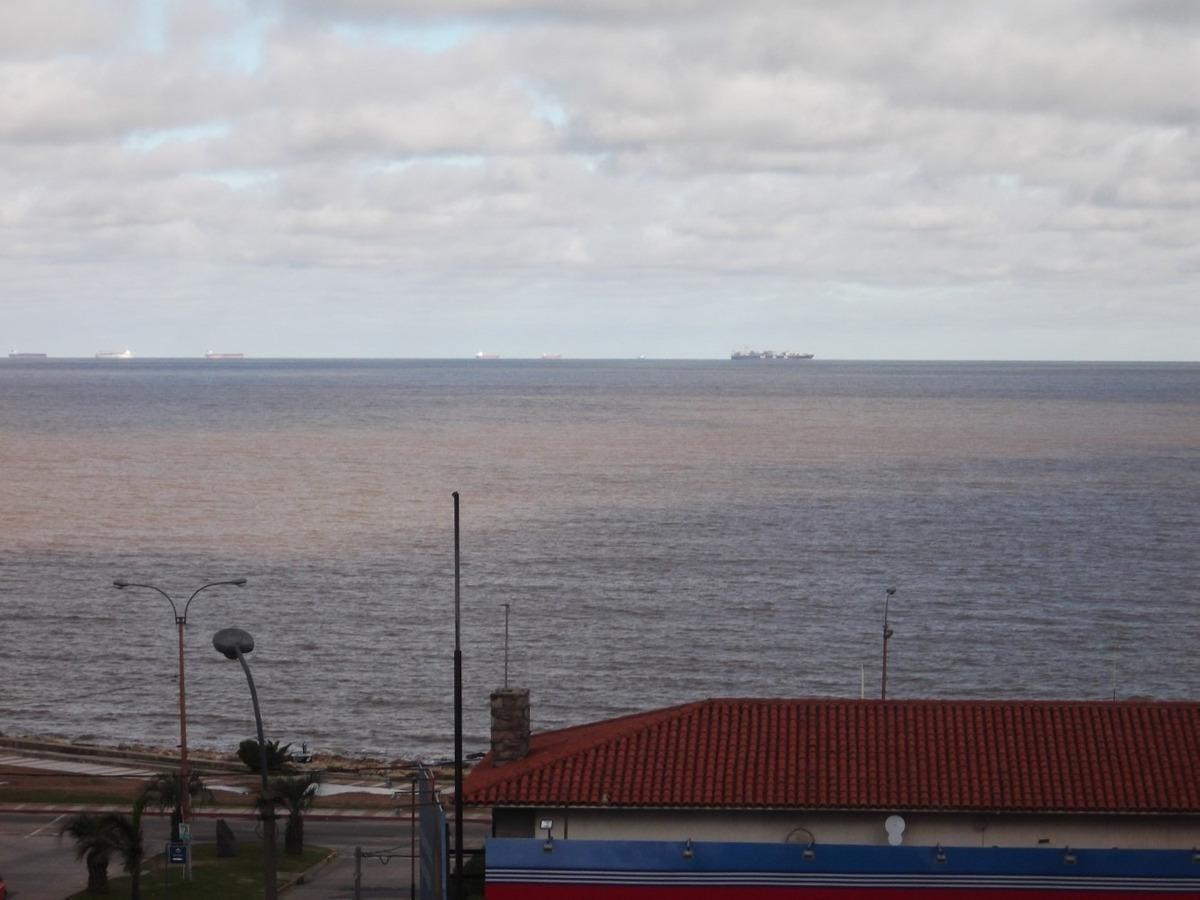apartamento en pocitos en excelente ubicación frente al mar.