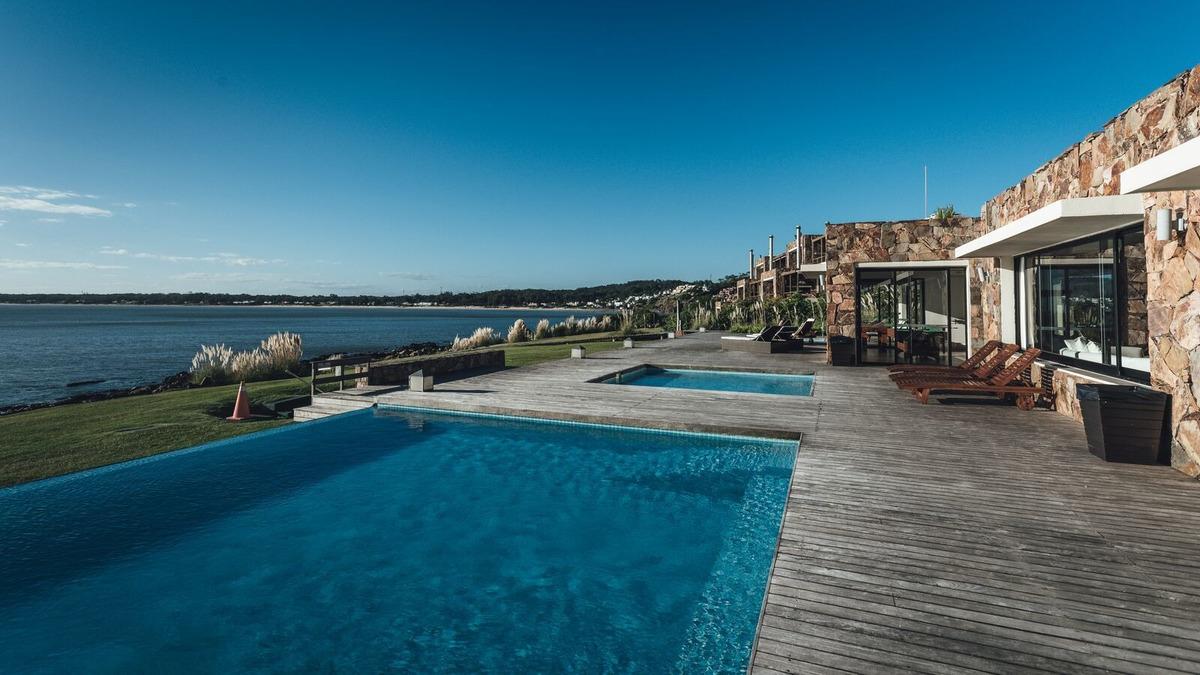 apartamento en punta del este, frente al mar. impecable !!!!