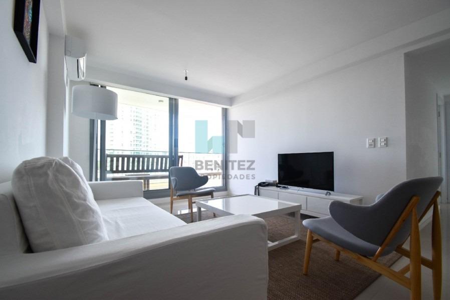 apartamento en torre esmeralda a la venta de 2 dormitorios. destacado piso alto totalmente equipado. punta del este - ref: 7935