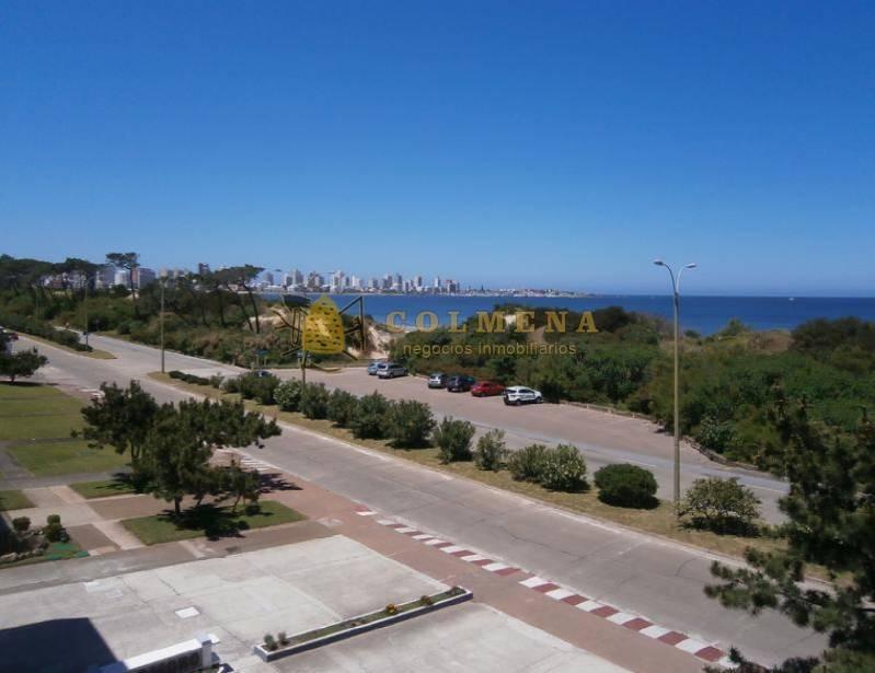 apartamento frente a la playa mansa. - ref: 1020
