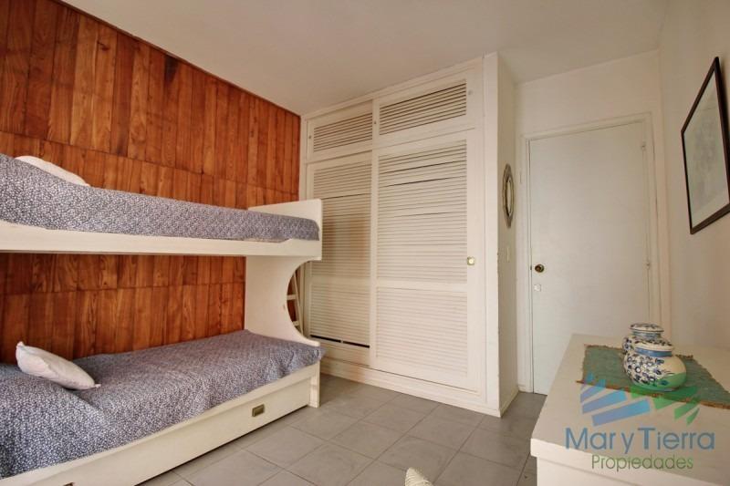 apartamento reciclado de 2 dormitorios en venta a metros de la playa los dedos, punta del este.-ref:2130