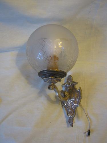 aplique antiguo de bronce con bola de cristal esmerilado
