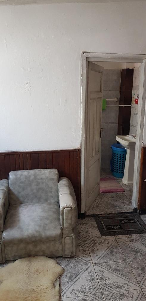 apto al frente, 2 dormitorios, con cochera. dueño vende.
