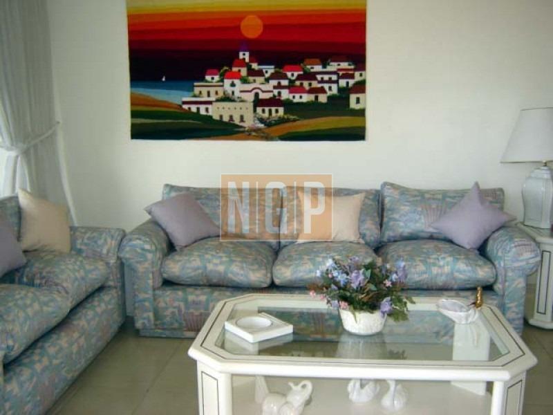 apto de 3 dormitorios, 2 baños, 1 en suite, living-comedor, cocina, balcon y garaje.-ref:2786