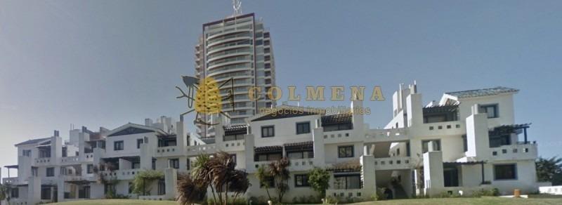 apto en zona de playa brava a 1 cuadra del mar, cuenta con 2 dormitorio, 2 baños, living comedor, terraza balcón con parrillero propio y garaje. - ref: 1739