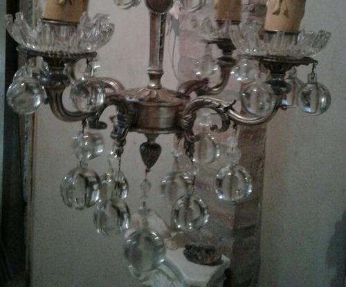 araña antigua de cuatro luces con caireles