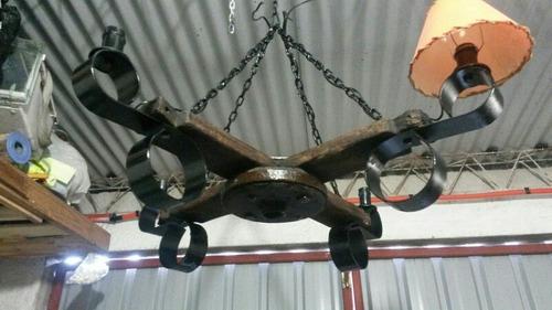 araña rústica  de madera y hierro