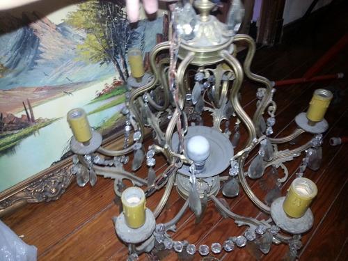 arañas antiguas de varias luces y caireles, escucho ofertas