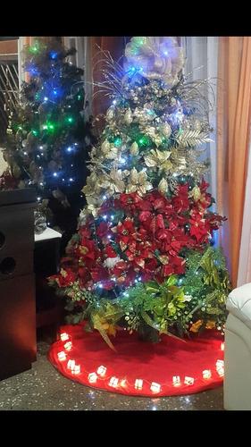 arbol de navidad con todos sus adornos