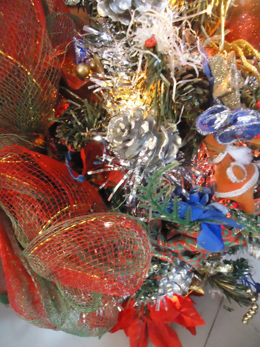 arbol de navidad pequeño viene con luces y  accesorios