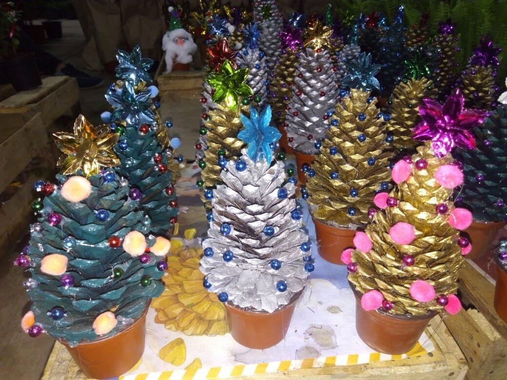 Arbol de navidad pi as de pino navide as decoracion for Decoracion con pinas secas
