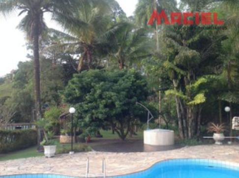 área de lazer com playground, piscina com cascata e hidro