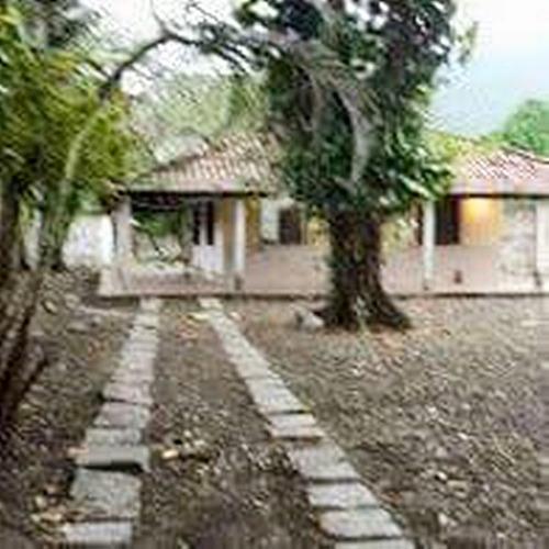 área plana de 2.000 m² com 1 casa construída em maricá.