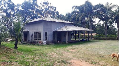 área total 1.400 metros quadrados, casa com 02 dormitórios.