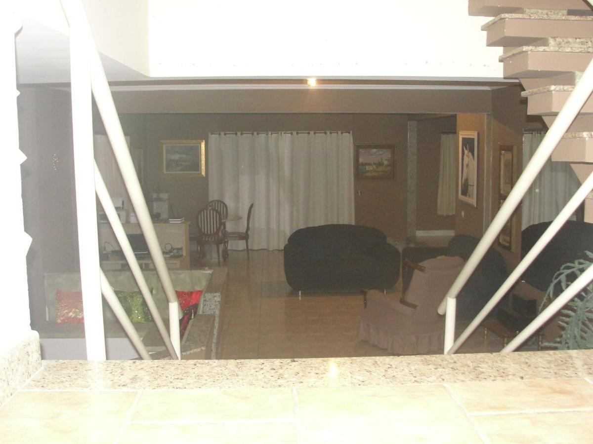 área total 3.200 metros quadrados. casa com 04 dormitórios.