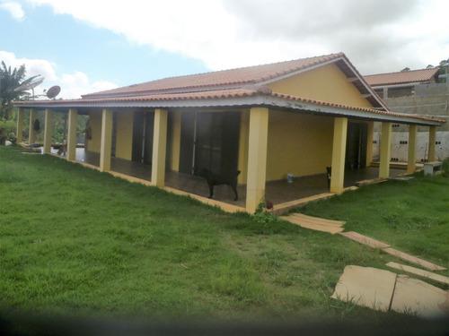 área total de 1.000m², casa com 3 dormitórios, em condomínio