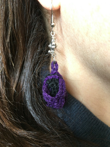 arete tejido chancla playera color violeta