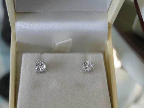 aretes de broquel de diamantes corte redondo de 50 pts.