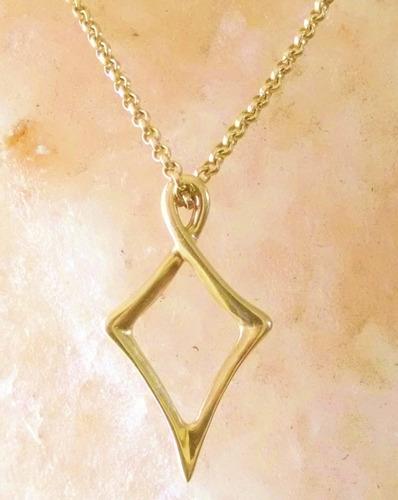 aretes en forma de papalote en oro sólido de 14k